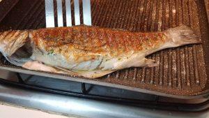come non fare attaccare il pesce alla piastra